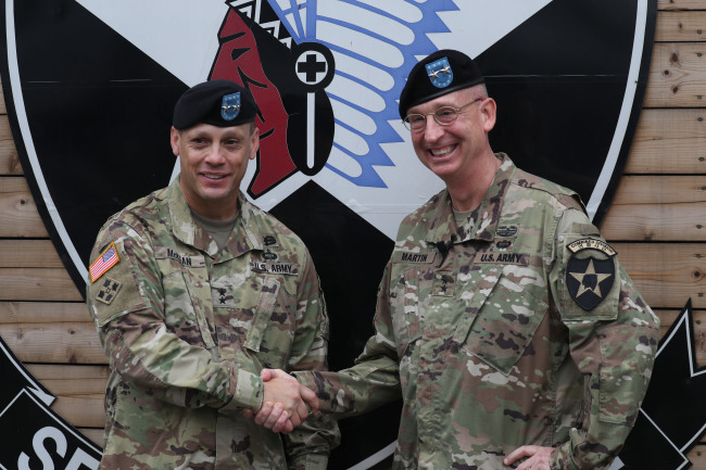 Maj. Gen. Theodore D. Martin, the outgoing commanding general of the US' 2nd Infantry Division, poses with his successor Maj. Gen. Scott Mckean at Camp Casey in Dongducheon, Gyeonggi Province. Yonhap