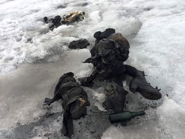 This handout picture distributed on July 18, 2017 by the Swiss cable cars company Glacier 3000 shows the mummified remains of a Swiss Couple who went missing 75 years ago and who were found in a glacier in the Diablerets mountains, in southern Switzerland.(AFP-Yonhap)