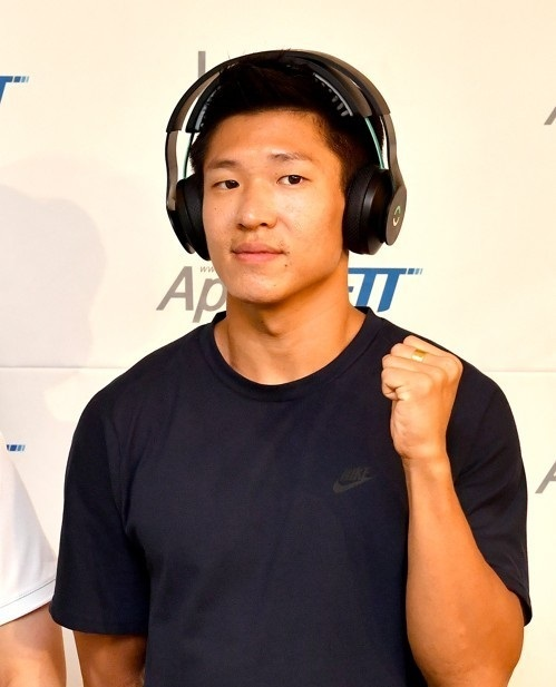 South Korean sprinter Kim Kuk-young poses for a photo with a neurostimulation headset from Halo Sport at a event in Seoul. (Yonhap)