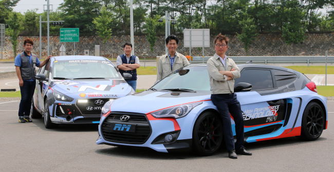 Im Se-bin (right), director of the High Performance Vehicle Development Group at Hyundai Motor, poses with fellow researchers working on Hyundai's N project to develop high performance cars. (Hyundai Motor Group)