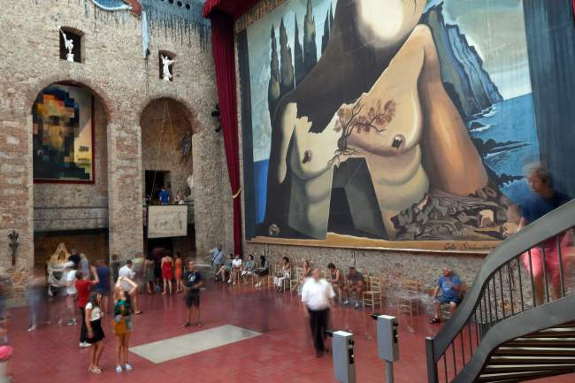 Visitors walk around Salvador Dali's tomb inside the Teatre-Museu Dali (Theatre-Museum Dali) in Figueras on July 18, 2017 ahead of the exhumation of the artist's remains. (AFP-Yonhap)