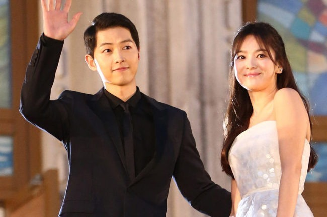 Song Joong-ki (left) and Song Hye-kyo wave to fans at the Baeksang Arts Awards ceremony in Seoul on June 3, 2016. (Yonhap)