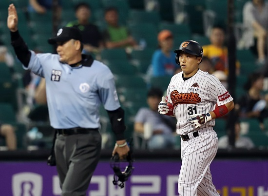 Son Ah-seop of the Lotte Giants (R) rounds the bases after hitting a home run against the Samsung Lions in the teams' Korea Baseball Organization (KBO) game at Munsu Stadium in Ulsan on July 20, 2017. The call was later overturned by the KBO Video Replay Center and was ruled a double, but TV replays showed the ball clearly left the park. (Yonhap)