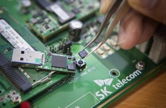 SKT develops world's smallest quantum chip