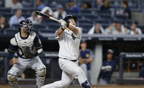 In this Associated Press file photo taken on July 7, 2017, Choi Ji-man of the New York Yankees watches his two-run home run against the Milwaukee Brewers at Yankee Stadium in New York. (Yonhap)