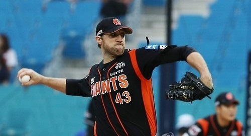 Lotte Giants pitcher Josh Lindblom delivers a pitch against the Samsung Lions in a game on August 27, 2016. (Yonhap)