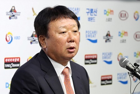 Sun Dong-yol, the first full-time manager for the South Korean national baseball team, speaks at his introductory press conference at the Korea Baseball Organization headquarters in Seoul on July 24, 2017. (Yonhap)