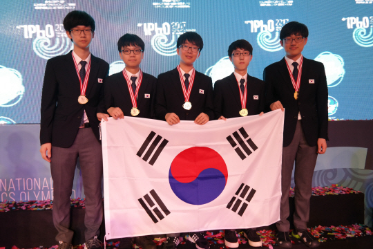 Five members of the Korean team pose for a photo after winning gold medals at the 48th International Physics Olympiad held in Yogyakarta, Indonesia, on July 16-24. (Courtesy of Ministry of Science, ICT and Future Planning)