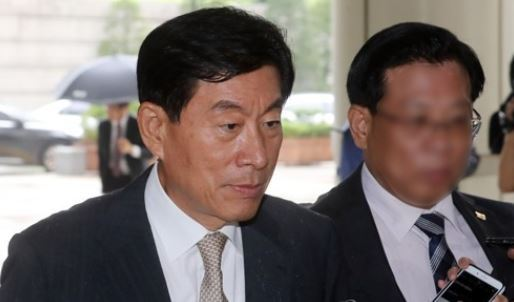 Former NIS chief Won Sei-hoon enters the courthouse for a retrial on his election-meddling scandal in Seoul on July 24, 2017. (Yonhap)