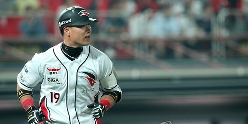 In this file photo taken on June 16, 2015, Kim Sang-hyun, then of the KT Wiz, watches his solo home run against the NC Dinos in the teams' Korea Baseball Organization game at Suwon KT Wiz Park in Suwon, Gyeonggi Province. (Yonhap)