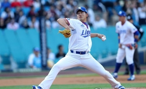 In this file photo taken on June 2, 2017, Baek Jung-hyun of the Samsung Lions throws a pitch against the Kia Tigers in the teams' Korea Baseball Organization game at Daegu Samsung Lions Park in Daegu. (Yonhap)