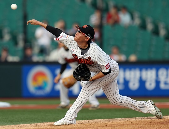 Lotte Giants pitcher Park Se-woong delivers a pitch in a game against the Samsung Lions on July 20, 2017. (Yonhap)