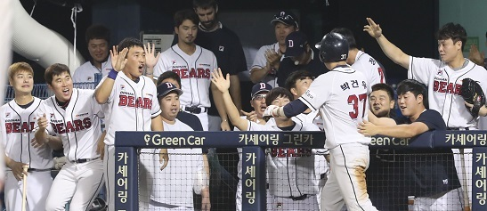 The Doosan dugout celebrating after Park Geon-ho scored the tying run in the bottom of the ninth in a game on July 28, 2017. (Yonhap)
