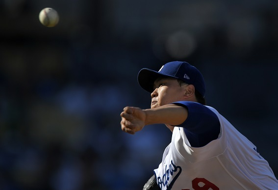 Los Angeles Dodgers starting pitcher Ryu Hyun-jin delivers a pitch in a game on July 30, 2017. (Yonhap)