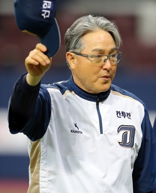 In this file photo taken on June 13, 2017, NC Dinos manager Kim Kyung-moon salutes the fans after his team's win over the Nexen Heroes in their Korea Baseball Organization game at Gocheok Sky Dome in Seoul. (Yonhap)