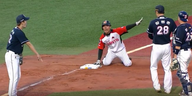 In this screencap, Lotte Giants outfielder Na Kyung-min appeals to the third base umpire for a safe call in a game against the Doosan Bears on June 11, 2017.