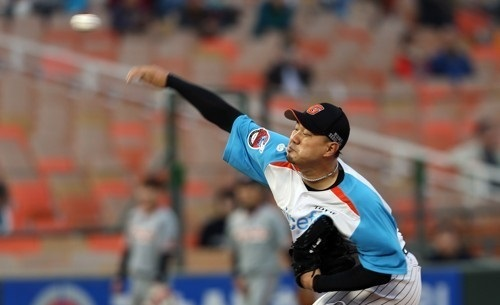 Lotte Giants pitcher Song Seung-jun delivers a pitch against the Hanwha Eagles in a game on April 25, 2017. (Yonhap)
