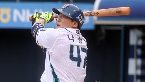 In this file photo taken on July 9, 2017, Na Sung-bum of the NC Dinos hits an RBI single against the Doosan Bears in the teams' Korea Baseball Organization game at Masan Stadium in Changwon, South Gyeongsang Province. (Yonhap)