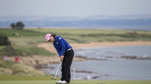 In this Associated Press photo, Kim In-kyung of South Korea putts for a birdie at the third hole during the final round of the Ricoh Women's British Open at Kingsbarns Golf Links in Fife, Scotland, on Aug. 6, 2017. (Yonhap)