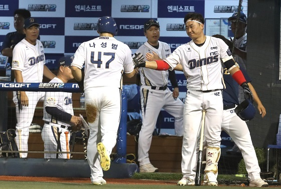 NC Dinos' outfielder Na Sung-bum is congratulated as he enters the dugout after scoring in a game on August 1, 2017. (Yonhap)