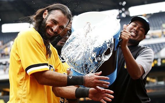 New Pittsburgh Pirates infielder Sean Rodriguez (L) is doused after helping the Pirates to a walkoff win against the San Diego Padres on August 6, 2017. (Yonhap)