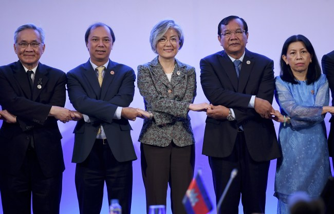 South Korean Foreign Minister Kang Kyung-wha (C) links hands with ASEAN foreign ministers and their representatives as they take part in the ASEAN-Republic of Korea (ROK) Ministerial Meeting at the sideline of the Association of South East Asian Nations (ASEAN) Foreign Ministers' Meeting (AMM) and Related Meetings in Manila, Philippines, 06 August 2017. Top diplomats from 27 countries gather in Manila for the 50th Association of South East Asian Nations (ASEAN) Foreign Ministers' Meeting (AMM) and Related Meetings from 02 to 08 August with the theme 'Partnering for Change, Engaging the World', to promote unity with and among ASEAN member states and its global partners. The ASEAN meetings is expected to result in a joint communique that will address matters related to disputed islands in the South China Sea. (EPA/NOEL CELIS)