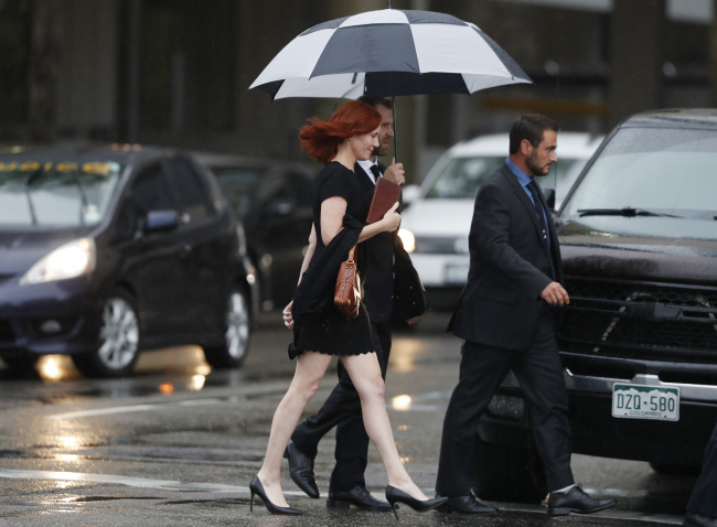 Tree Paine, publicist for pop singer Taylor Swift, walks back to a hotel after attending the jury selection phase in a civil trial in federal court, Monday, Aug. 7, 2017, in Denver, to determine whether a radio host groped the pop singer. (AP-Yonhap)