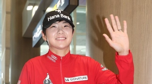 South Korean LPGA golfer Park Sung-hyun waves to her fans gathered at Incheon International Airport on Aug. 8, 2017. (Yonhap)