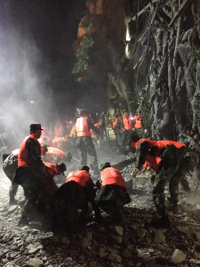 Rescuers work at a quake-hit tourist site in Zhangzha town, Jiuzhaigou County, southwest China's Sichuan Province, Aug. 9, 2017. (Xinhua-Yonhap)