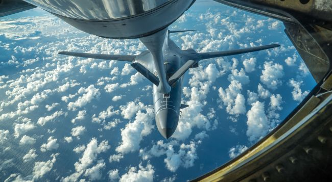 This handout photo taken and released by the US Air Force on July 30, 2017 shows a US Air Force B-1B Lancer receiving fuel from a KC-135 Stratotanker during a 10-hour mission from Andersen Air Force Base, Guam, into Japanese airspace and over the Korean Peninsula. (AFP-Yonhap)