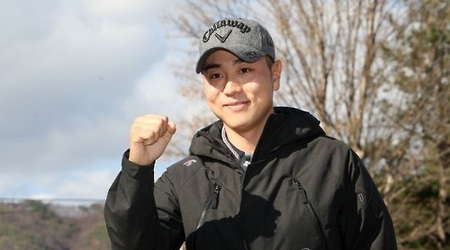 In this file photo taken on Nov. 17, 2015, South Korean golfer Bae Sang-moon poses for photos before entering the Army training center in Chuncheon, Gangwon Province. Bae will be discharged on Aug. 16, 2017. (Yonhap)
