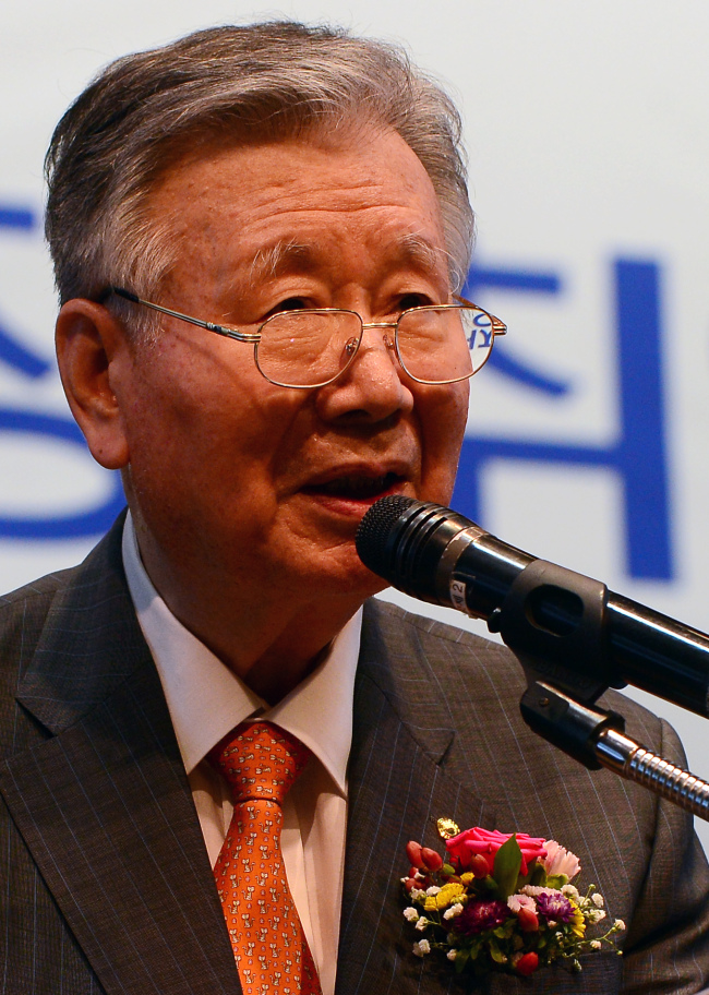 Booyoung Group Chairman Lee Joong-keun delivers his speech at an inauguration ceremony held in Seoul on Wednesday. (Shim Woo-hyun/The Korea Herald)