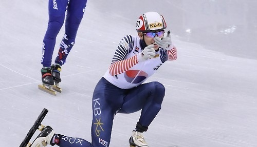 In this file photo, taken on Dec. 17, 2016, Lee Jung-su of South Korea celebrates his victory in the men's 1,500m final at the International Skating Union World Cup Short Track Speed Skating at Gangneung Ice Arena in Gangneung, Gangwon Province. (Yonhap)
