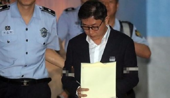 Kim Hyung-joon, a former prosecutor convicted of receiving bribes from a friend, enters the Seoul High Court ahead of his appeals ruling on Aug. 10, 2017. (Yonhap)