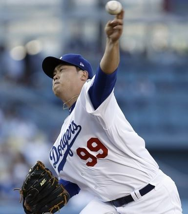 Ryu Hyun-jin of the Los Angeles Dodgers throws a pitch against the San Diego Padres at Dodger Stadium on Aug. 12, 2017. (AP-Yonhap)