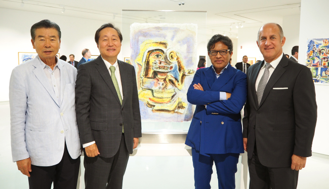"(From left) Superior Group President Kim Gui-yeol, Dongwon Industries Co. CEO Lee Myung-woo, Ecuadorian artist Miguel Betancourt and Ecuadorian Ambassador to Korea Oscar Herrera Gilbert at the exhibition ""Ecuador Through My Dreams"" at the Superior Gallery in Seoul (Joel Lee/The Korea Herald)"