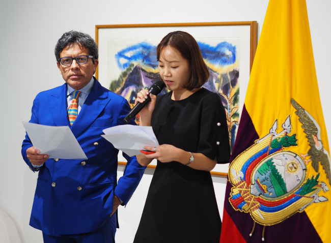 "Ecuadorian artist Miguel Betancourt (left) speaks at the opening ceremony of exhibition ""Ecuador Through My Dreams"" at the Superior Gallery in Seoul on Thursday. (Joel Lee/The Korea Herald)"