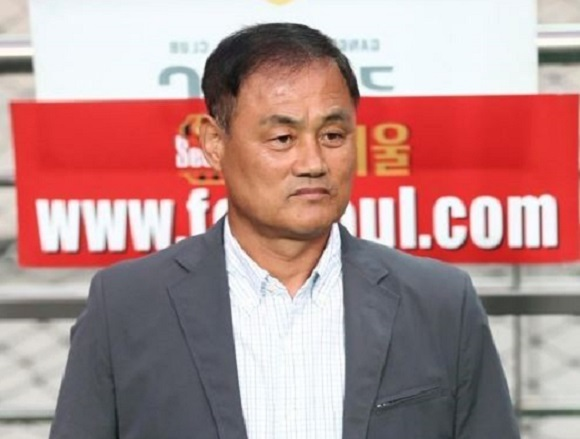 In this file photo taken on Aug. 2, 2017, Choi Yun-kyum, then head coach of Gangwon FC, awaits the start of his club`s K League Classic match against FC Seoul at Seoul World Cup Stadium. Choi resigned from his post on Aug. 14, 2017. (Yonhap)