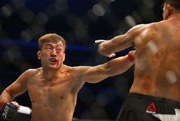 In this file photo, taken on Nov. 28, 2015, South Korean mixed martial arts fighter Bang Tae-hyun (L) lands a punch on Leo Kuntz of the United States during their lightweight bout at the UFC Fight Night 79 at Olympic Gymnastics Arena in Seoul. (Yonhap)