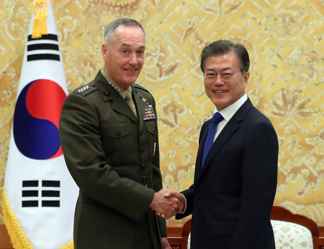 President Moon Jae-in (right) shakes hands with Marine Corps Gen. Joseph Dunford, chairman of the US Joint Chiefs of Staff, before their meeting at Cheong Wa Dae in Seoul on Monday. (Yonhap)