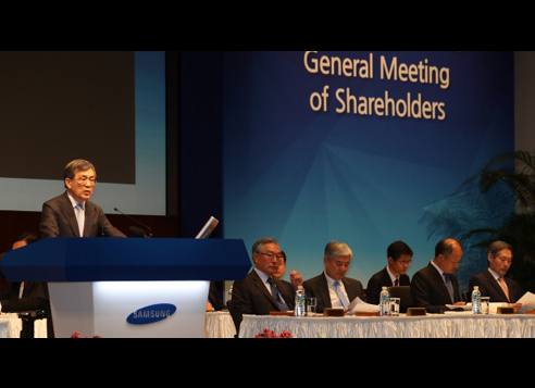 Samsung Electronics Vice Chairman Kwon Oh-hyun (left) speaks during the company's shareholder meeting in March. (Yonhap)