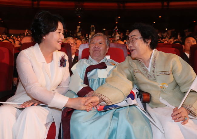 First Lady Kim Jung-sook (left) speaks with Lee Yong-soo (right) and Kil Won-ok, victims of Japan`s sex slavery during World War II, at a ceremony for the 72nd anniversary of Liberation Day in Seoul on Tuesday. (Yonhap)