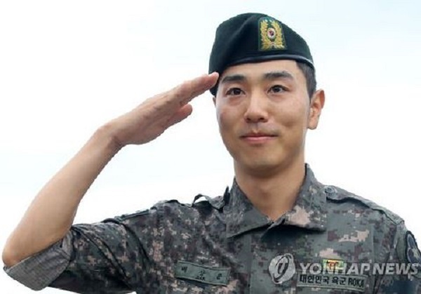 Bae Sang-moon, a South Korean golfer on the PGA Tour, salutes the crowd after getting discharged from the Army in Wonju, Gangwon Province, on Aug. 16, 2017. (Yonhap)