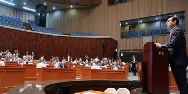 The main opposition Liberty Korea Party holds a general meeting of its lawmakers at the National Assembly in Seoul on Aug. 16, 2017. (Yonhap)