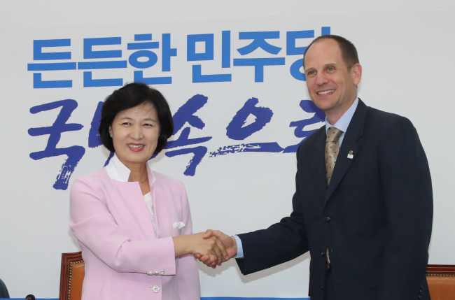 Rep. Choo Mi-ae, the chairwoman of ruling Democratic Party of Korea shakes hands with Canadian Ambassador to Korea, Eric Walsh, at the National Assembly on Wednesday. (Yonhap)
