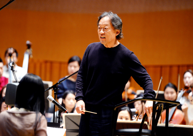 Maestro Chung Myung-whun rehearses with One Korea at Lotte Concert Hall, Seoul, Wednesday. (Park Hyun-koo/The Korea Herald)