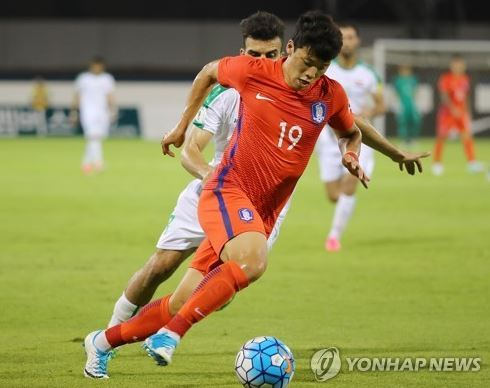 In this file photo taken on June 7, 2017, South Korean forward Hwang Hee-chan dribbles past Iraqi defenders during a friendly match between South Korea and Iraq in the United Arab Emirates. (Yonhap)