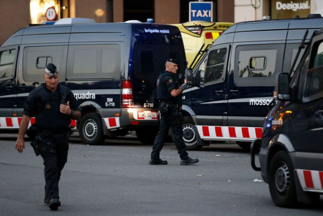 Spanish policemen stand guard in a cordoned off area after a van ploughed into the crowd, killing 13 persons and injuring over 80 on the Rambla in Barcelona on Thursday. (AFP-Yonhap)