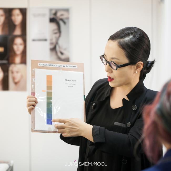 Makeup artist Jung Saem-mool explains the inherent personal colors each individual possesses. (Jung Saem-mool)