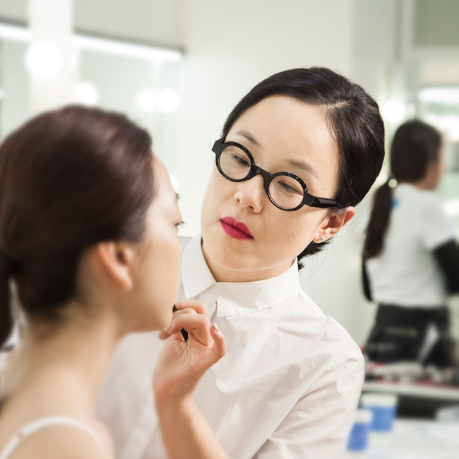 Makeup artist Jung Saem-mool applies makeup on a model. (Jung Saem-mool)